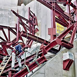 Obr. 43 Primární ocelová konstrukce vnitřní obálky Velkého sálu s nastraženými pružinovými tlumiči