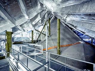 Obr. 45 Technologie a protipožární ochrana povrchů mezi stropem Velkého sálu a střechou budovy