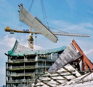 Obr. 46 Montáž dílců betonové vrstvy uzavírající zastropení Velkého sálu