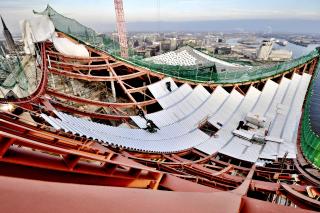 Obr. 47 Pokládka trapézových plechů na zvlněné ocelové rošty střechy Elbphilharmonie