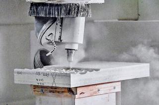 """Obr. 49 Vytváření textury panelu """"bílé kůže"""" pětiosou CNC frézkou"""
