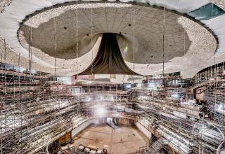 Obr. 50 Obkládání Velkého sálu a jeho stropního reflektoru akustickými panely
