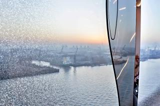 Obr. 53 Oválný větrací otvor fasádních panelů se zakřiveným zasklením