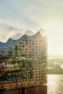 Obr. 56 Zrcadlení skleněné fasády dokončené Elbphilharmonie