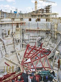 Obr. 23 Montáž ocelové konstrukce vnitřní obálky Velkého sálu na žebra betonové vnější obálky (březen 2010)