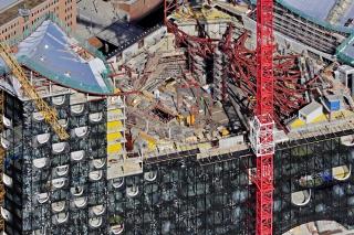 Obr. 24 Montáž radiálních rámů ocelového stropu Velkého sálu (duben 2011)