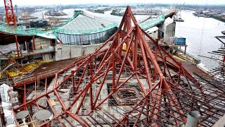 Obr. 25 Ocelová nosná konstrukce stropu Velkého sálu v průběhu montáže (srpen 2011)