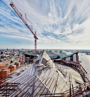 Obr. 26 Ocelová konstrukce stropu Velkého sálu shora uzavřená spřaženou ŽB deskou (říjen 2012)