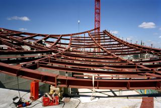 Obr. 29 Fáze montáže střešního pláště nad hotelovou částí budovy (srpen 2010)