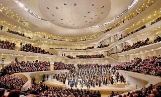 Obr. 33 Otevírací koncert Labské filharmonie ve Velkém sále budovy