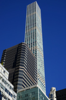 Obr. 07 Pohled na věž z bulváru Park Avenue