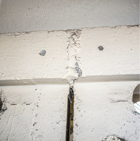Obr. 07b Styčné spáry segmentů příhradového vazníku a ukázky porušení těsnosti maltové zálivky trhlinami nebo pozůstatky výdřevy