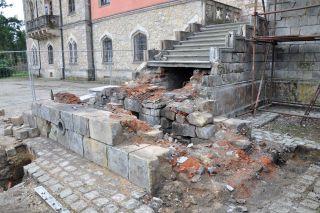 Levé rameno schodiště – stav po rozebrání nástupní podesty, horní část schodiště je před zahájením restaurátorských prací (foto: Martin Pácal)