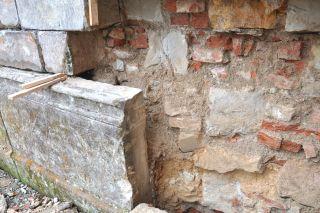 Částečné rozebrání lícové části zdiva z důvodu výměny zcela poškozených kamenů a vyrovnání vychýlených soklových bloků (foto: Martin Pácal)