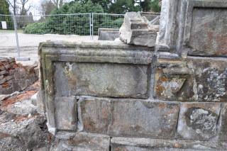 Boční  zdivo  schodiště  –  stav  po  rozebrání  kamenného  zábradlí,  povrch  kamene je znečištěn biologicky a prachovými depozity, spáry jsou vyplněny cementem (foto: Martin Pácal)