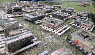Deponie  rozebraného  kamenného  zábradlí  –  stav  před  restaurátorským  zásahem (foto: Martin Pácal)