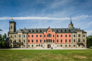 Celkový pohled na zahradní průčelí zámku se schodištěm – finální stav po obnově (foto: Tomáš Malý)