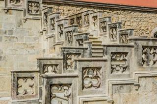 Kamenné  zábradlí  na  pravém  rameni  schodiště  –  finální  stav  po  restaurátorském zásahu  (foto: Tomáš Malý)