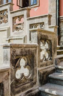 Část  kamenného  zábradlí  po  osazení  a  restaurátorském  zásahu  (foto:  Tomáš Malý)