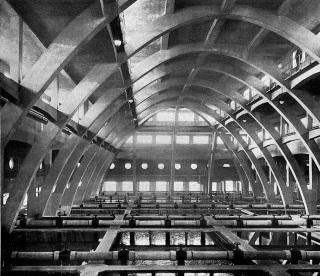Betonové oblouky v hale vodárny v Podolí