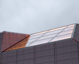 Obr. 13 Modlitebna, detail střešního okna nad hlavním sálem. Řešení prosklení stěn a střechy je sjednoceno
