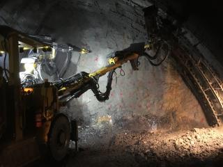 Vrtání pro odstřel horniny kaloty dolního staničního tunelu