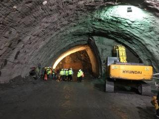 Vertikální členění kaloty horního staničního tunelu s primárním ostěním ze stříkaného betonu a horninových kotev
