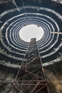Jedna ze tří vertikálních přístupových šachet pro transport materiálu, zařízení a pracovníků při výstavbě tunelů depa metra
