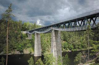 01 Pohled na novou konstrukci železničního mostu s lávkou pro pěší na trati Pňovany – Bezdružice