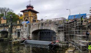 Částečně vystrojený most ve spuštěné poloze