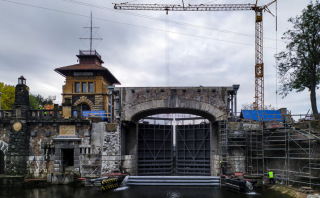 Částečně vystrojený most ve zdvižené poloze