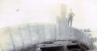 Historické foto z realizace klenby, kde je přítomen František Sander