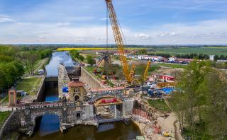Usazování ocelové konstrukce mostu