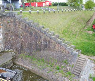 Pohled na původní stav levobřežní opěrné stěny se schodištěm