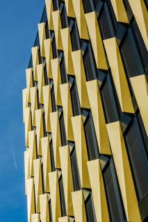 Detail fasády vyšší budovy B
