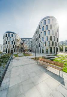 """Pohled z """"nádvoří"""" na vstupní prostor větší budovy A polyfunkční stavby AFI Vokovice"""