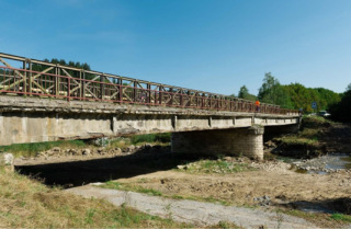 Obr. 1a Pohľad na most po osadení provizória pred búraním NK