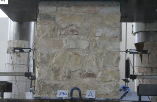 Obr. 02 Zkouška zatížení kamenného pilíře
