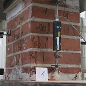 Obr. 02 a) Cihelné pilíře před dosažením mezního zatížení
