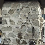 Obr. 02 bb) Kamenné pilíře po dosažení mezního zatížení