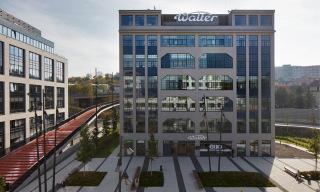 Medicentrum Waltrovka v Praze-Jinonicích, velké okenní sestavy zachovávají původní výraz budovy
