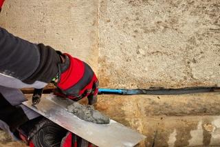 Ukládání anody do připravených spár v kamenných blocích