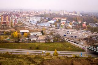 Snímek zachycuje prostor rozestavěného terminálu Bory s okružní křižovatkou Kaplířova – Dobřanská, v pozadí za terminálem je areál bývalých kasáren Bory; stav 11. listopadu 2019