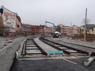 Obr. 10 - Výstavba pevné jízdní dráhy, deska tloušťky 200 mm s antivibrační rohoží, stav po betonáži rektifikovaného kolejového roštu