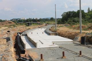 Obr. 11a - Výstavba pevné jízdní dráhy, deska tl. 500 mm, betonáž bočnic a dna antivibrační vany