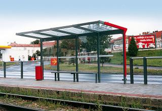 Obr. 18 - Příklad přístřešku mmcité Aureo včetně lankového zábradlí pro tramvajové zastávky na ostrůvcích