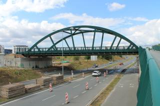 Obr. 21 - Tramvajový most přes silnici I/27 Plzeň – Klatovy po spuštění na ložiska (stav: 4. července 2019)