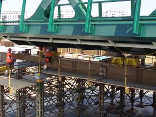 Obr. 22a - Výsuv tramvajového mostu nad silnici I/27