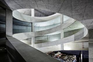 Obr. 16 Pohledový beton nájezdové rampy parkovacího domu v dolní části Elbphilharmonie (listopad 2008)
