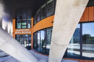 Obr. 04 Pohled na hlavní vstup do budovy